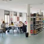 La sala de estudio de la Biblioteca municipal Almudena Grandes mantiene el horario de exámenes