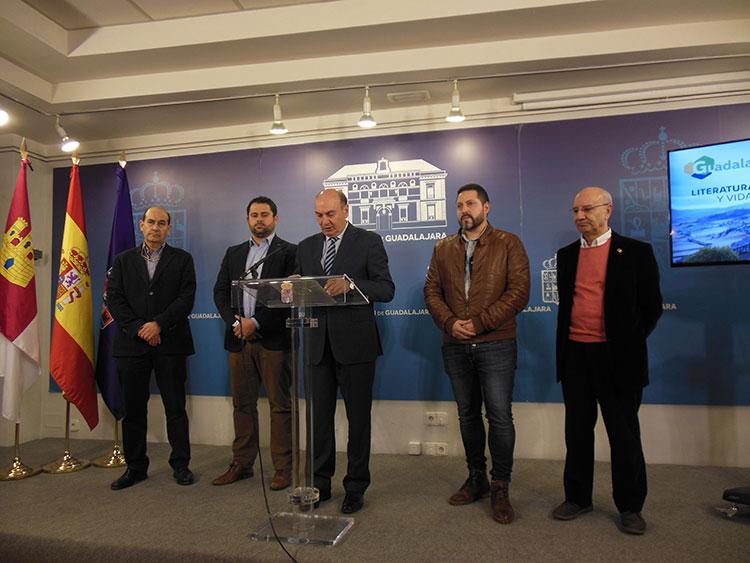 José Manuel Latre rodeado de alcaldes y concejales en la presentación de FUTUR