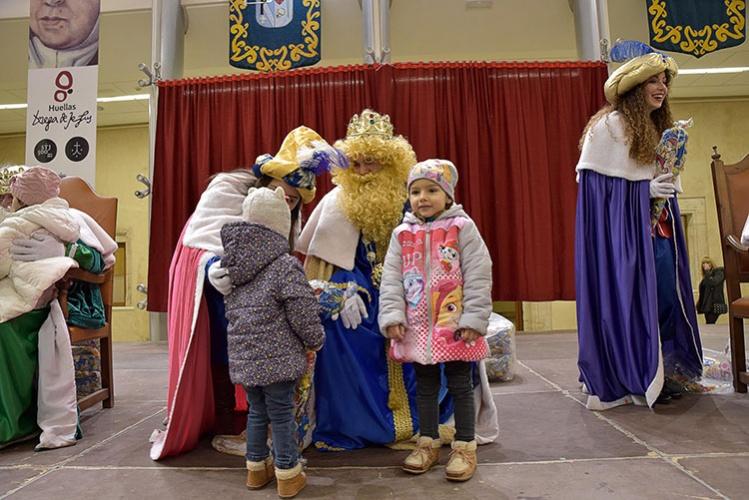 Los Reyes Magos recibieron a los niños de Pastrana en el Palacio Ducal