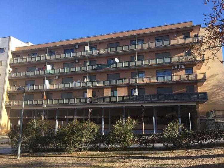 Imagen del edificio desalojado en la calle Laguna de la Colmada