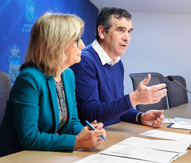 Antonio Román presentando las nuevas ayudas a material escolar