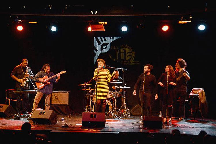 Un momento de la actuación de 'Astrid Jones & The Blue Flaps'. Fotografía: Álvaro Díaz Villamil / Ayuntamiento de Azuqueca