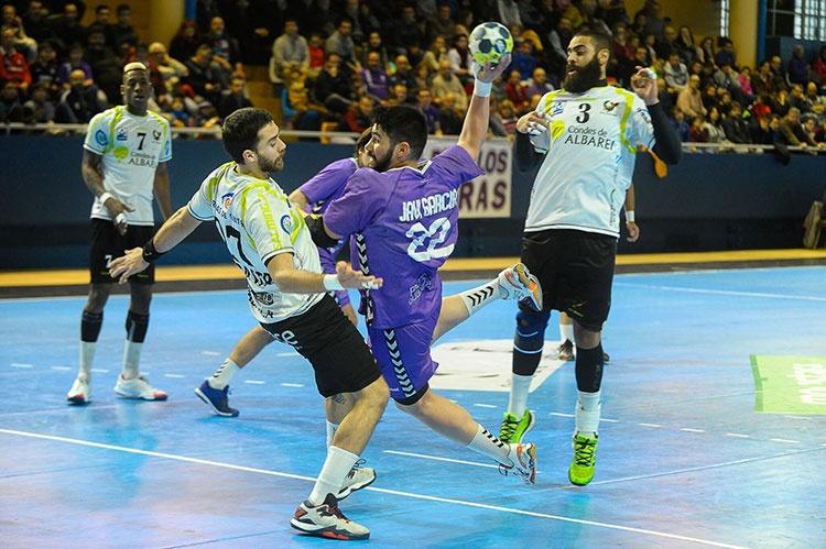 Sufrido empate en el David Santamaría (33-33)