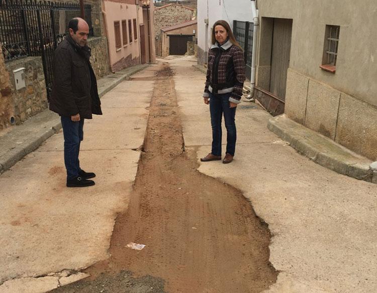 El diputado de obras, Jesé Ángel Parra visitando una de las obras ejecutadas