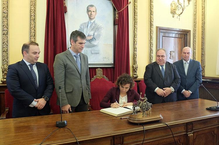 La Ministra de Sanidad, Asuntos Sociales e Igualdad, Dolors Montserrat firmando en el libro de honor del ayuntamiento