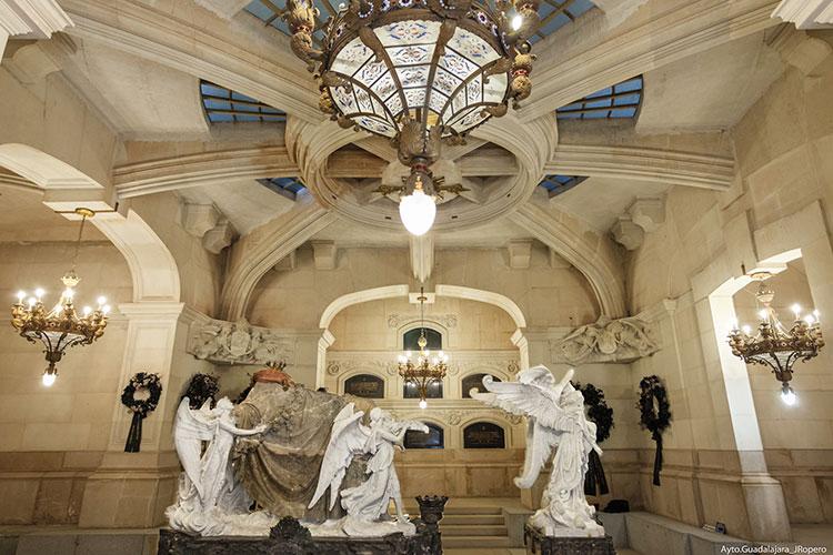 El grupo escultórico del Panteón de la Condesa de la Vega del Pozo, creado por Ángel García Díez