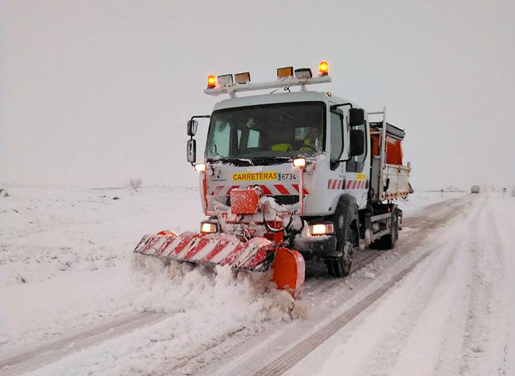 Una de las máquinas quitanieves trabajando en una carretera de la región