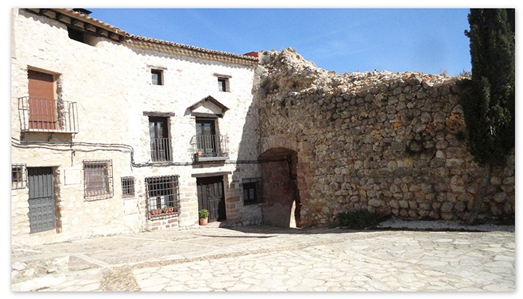 Junto al actual Arco de la Virgen, entonces de Pere Farfán, se encontraba la casa natal de Luisa de Medrano en Atienza