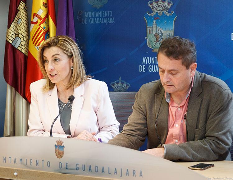 Los concejales Encarnación Jiménez y Francisco Úbeda durante la rueda de prensa
