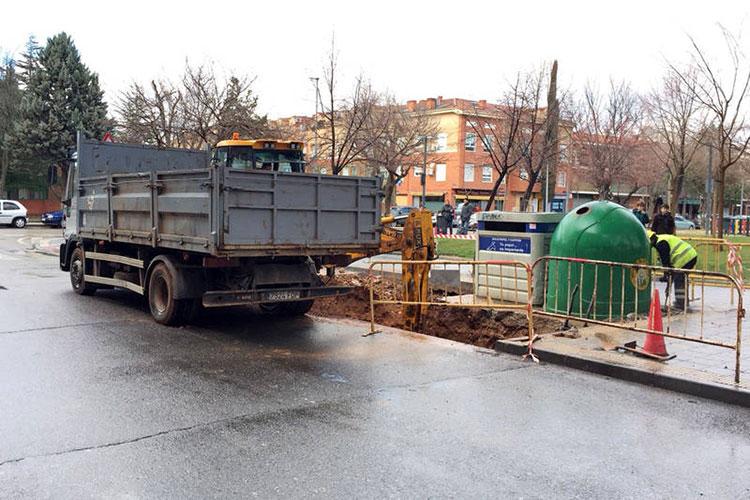 Trabajos en la calle La Encina para la instalación de contenedores soterrados. Fotografía: Ayuntamiento de Azuqueca