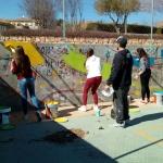 Adolescentes de Cabanillas iluminan con un mural la cancha deportiva de la Senda de los Pobres