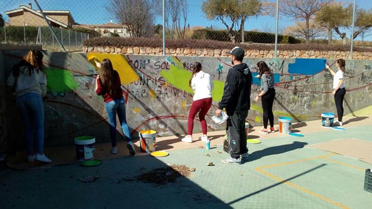 Adolestentes de Cabanillas del Campo trabajando en el mural