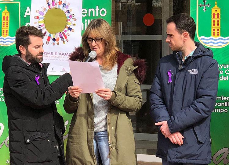 La teniente de alcalde Mari Carmen Martínez leyó un manifiesto en nombre del Ayuntamiento y el Centro de la Mujer