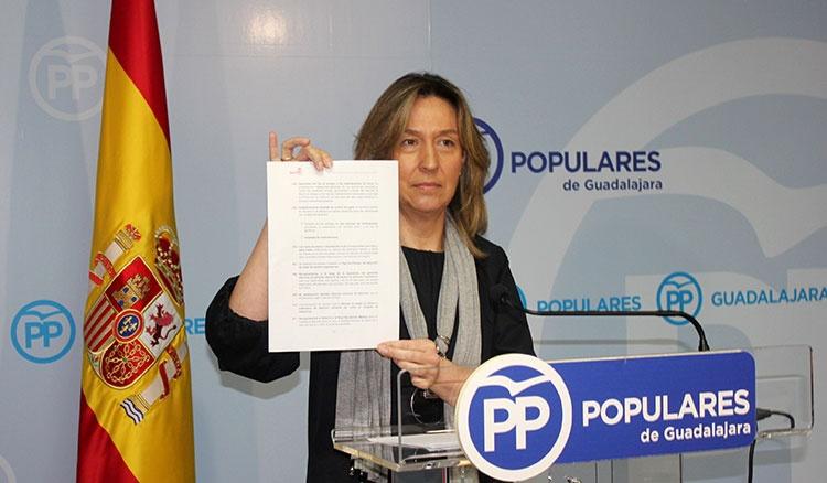 Ana Guarinos, presidenta del PP en Guadalajara en un momento d ela rueda de prensa