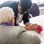 Marchamalo contrata a tres desempleados mayores de 55 años para el cuidado de personas dependientes
