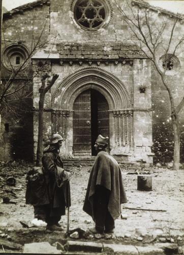 Dos milicianos republicanos delante de la iglesia de San Felipe. (del libro Guadalajara 1937. Testimonios de una batalla)
