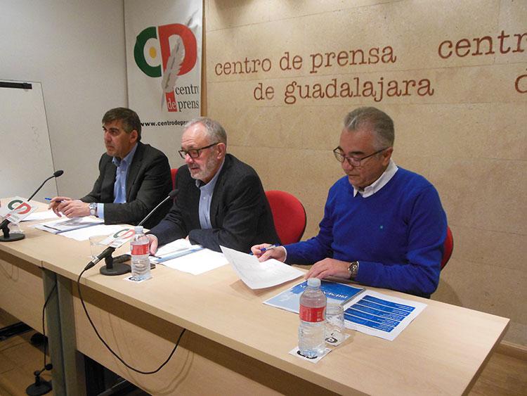 Un momento de la rueda de prensa ofrecida por el director dela planta Aquilino Rodríguez (centro)