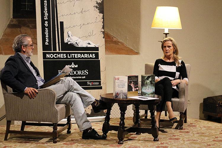 La escritora y periodista durante el coloquio en el parador de Sigüenza con Ramón Ongil, director de Comunicación de Paradores