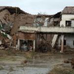 Los bomberos del CEIS participan en el derrumbe de la antigua vaqueria de Yunquera