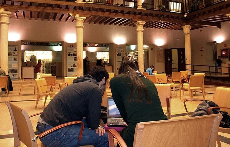 Imagen del patio central de la biblioteca de Guadalajara