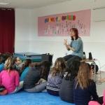 """La escritora Mónica Rodríguez visita la Biblioteca de Alovera con su libro """"Alma y la Isla"""""""