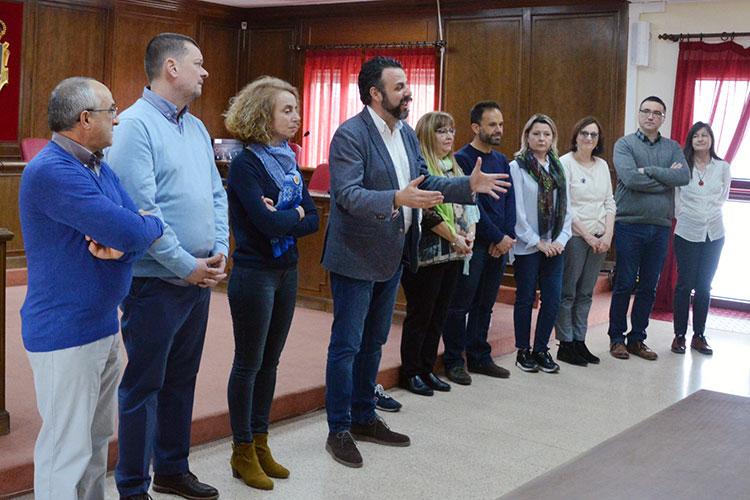 El alcalde y la concejala de Educación, junto a profesores de los centros que participan en el proyecto Erasmus +. Fotografías: Álvaro Díaz Villamil/ Ayuntamiento de Azuqueca.