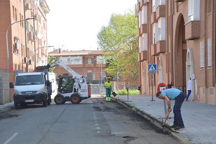 Operarios trabajando este jueves en la avenida de la Alcarria. Fotografía: Álvaro Díaz Villamil / Ayuntamiento de Azuqueca de Henares