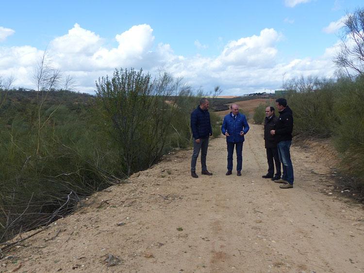 José Manuel Latre visita los caminos adecentados en Quer