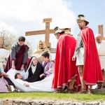 Cientos de personas acompañaron al Vía Crucis trillano
