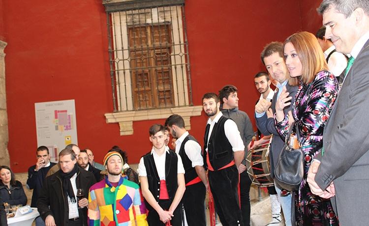 La Directora General de Turismo, Ana Isabel Fernández, con los danzantes de Valdenuño Fernández