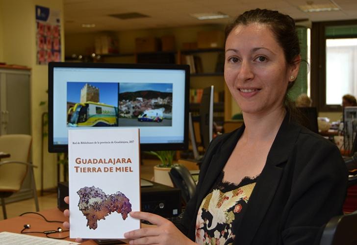 Marta Álvarez con el libro que se presenta esta tarde