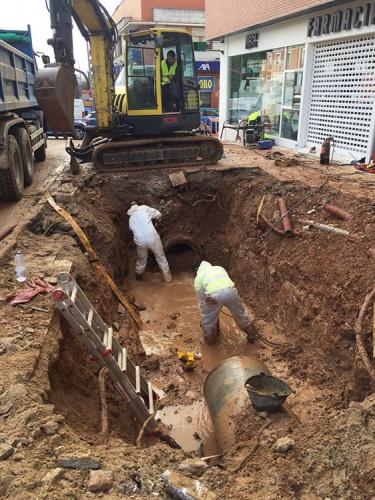 Trabajos de reparación de la avería surgida esta madrugada en la Avenida de Castilla