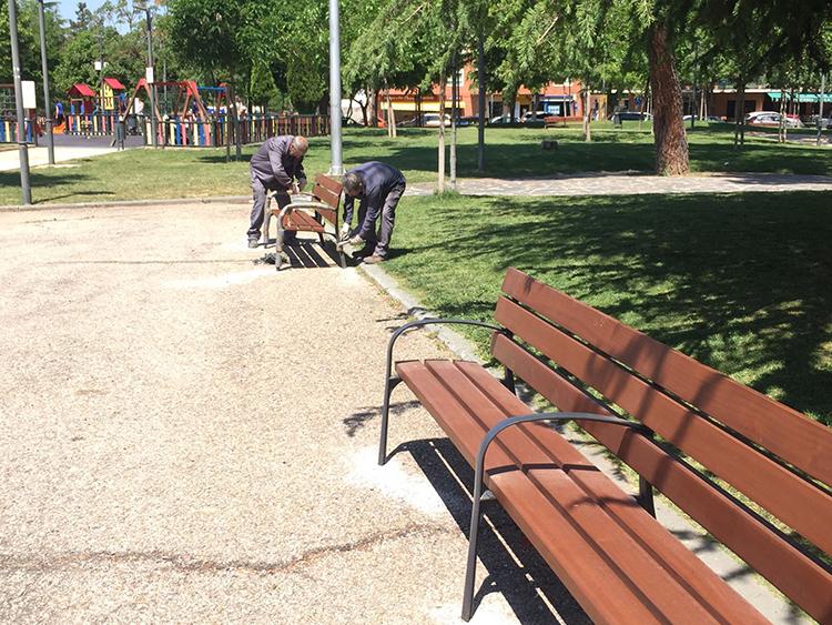 Operarios trabajando en la sustitución de bancos del parque de La Constitución. Fotografía: Ayuntamiento de Azuqueca de Henares