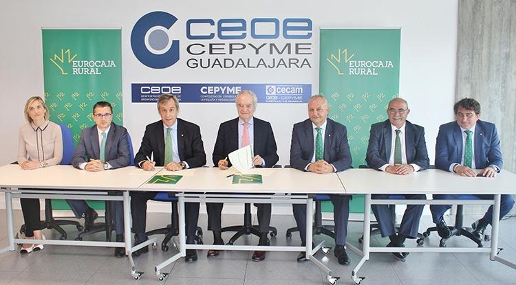 Un momento de la firma del convenio entre Eurocaja Rural y CEOE-CEPYME Guadalajara