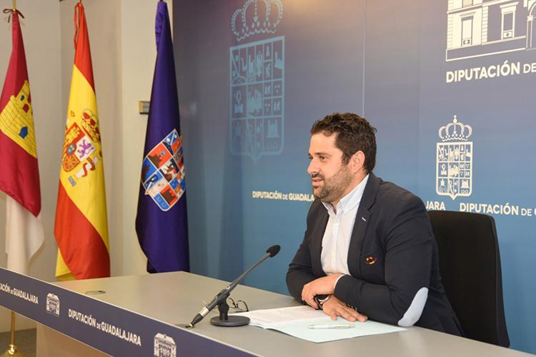 El diputado Jesús Parra durante la presentación de las actividades a celebrar en el castillo de Torija