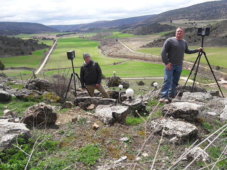 Miembros del equipo de GDH trabajando en el exterior de la cueva. (Foto: GDH)