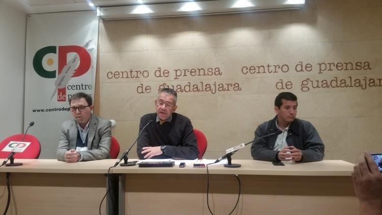 Miguel Cócera, alcalde de Yebes, en la rueda de prensa acompañado de dos concejales