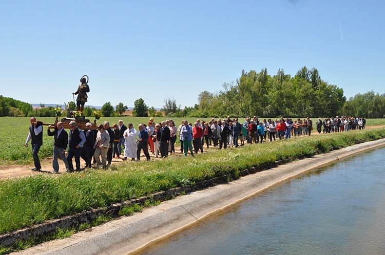 Procesión por las cercanías de la ermita de San Isidro
