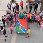 Primer izado de la nueva bandera municipal por las alcaldesas de Alovera