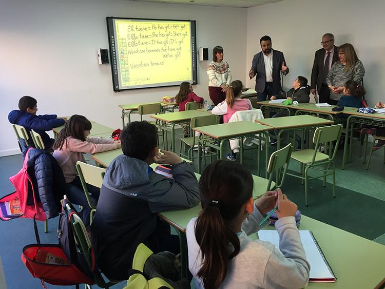 Imagen de archivo de una visita realizada por el alcalde y la concejala de Educación a un aula de la EMIA este curso. Fotografía: Ayuntamiento de Azuqueca
