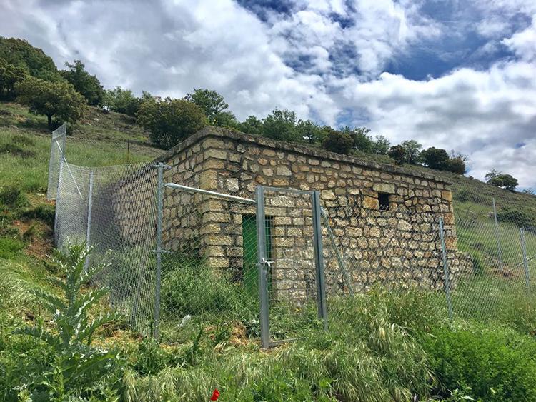 Uno de los depósitos de agua en los que se han instalado vallas de protección