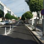 """La calle Benalaque de Cabanillas se blinda contra la """"doble fila"""""""