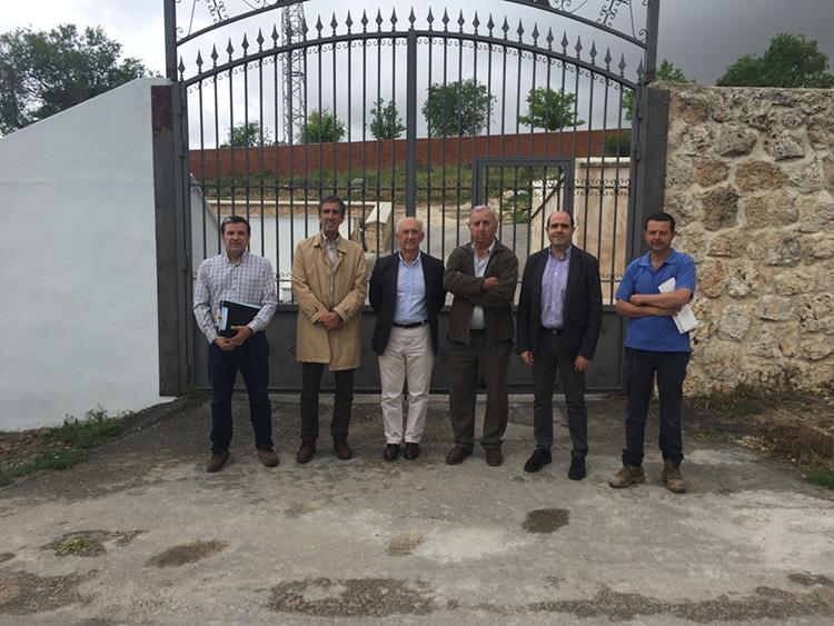 Un momento de la visita al cementerio de Villanueva de Argecilla