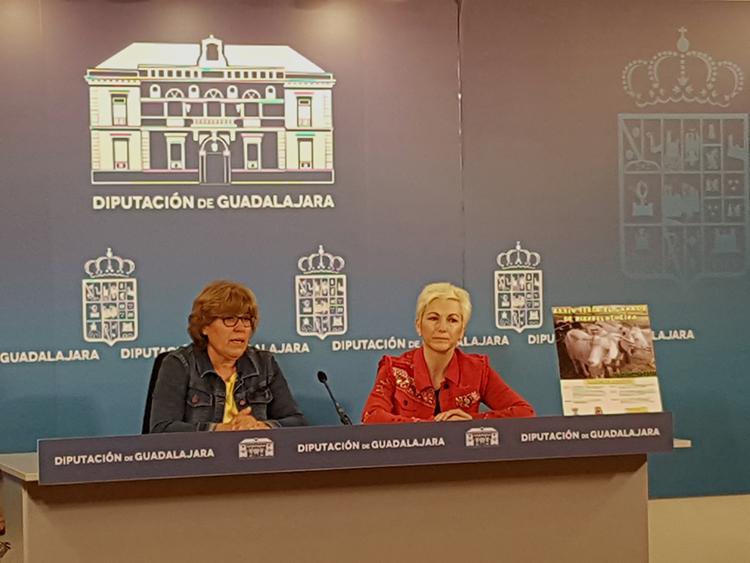 Lucía Enjuto, junto a la teniente de alcalde del Ayuntamiento de Hiendelaencina, Isabel Bancheraud en la presentación de la feria