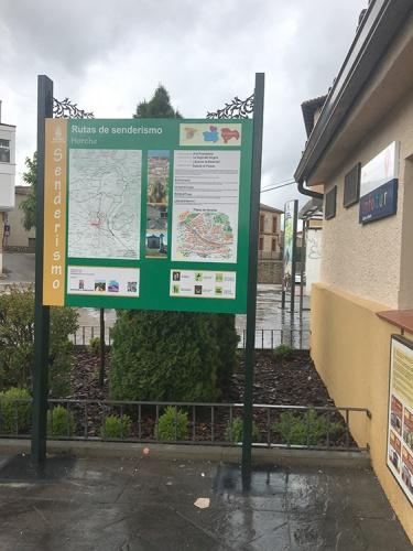 Panel de la cuatro rutas junto a la oficina de turismo