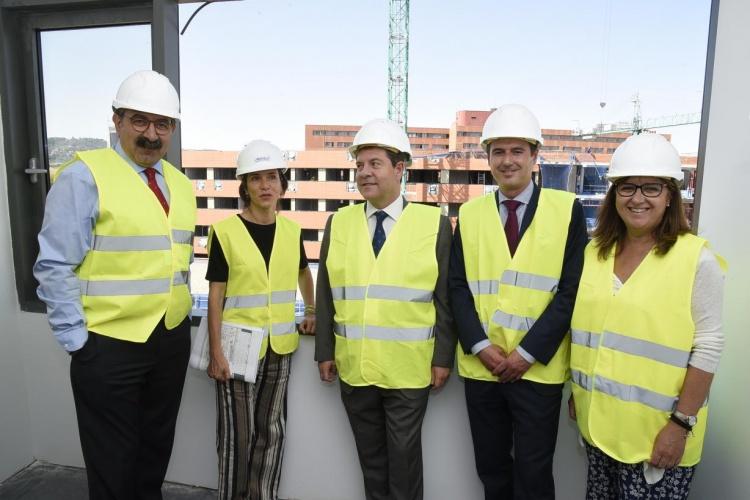 García Page durante su visita a las obras del Hospital