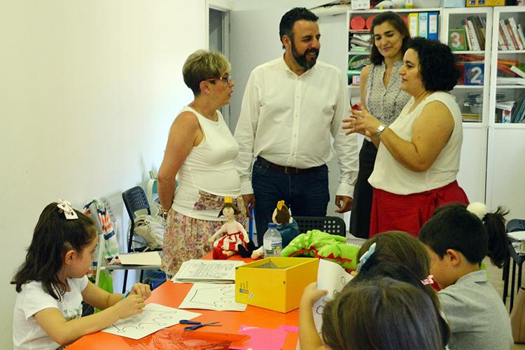 Visita del alcalde y la concejala de Cultura a uno de los grupos del taller estival de animación a la lectura. Fotografía: Álvaro Díaz Villamil / Ayuntamiento de Azuqueca