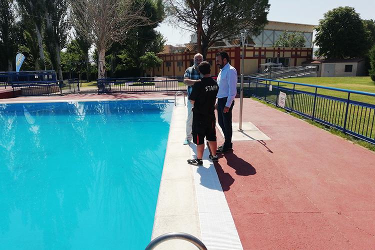 El alcalde y el concejal de Urbanismo, durante la visita a la piscina de verano. Fotografía: Ayuntamiento de Azuqueca