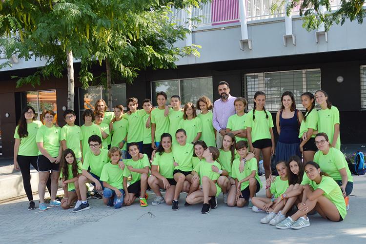 El alcalde y la concejala, con los jóvenes y monitoras del campamento juvenil urbano. Fotografía: Álvaro Díaz Villamil / Ayuntamiento de Azuqueca