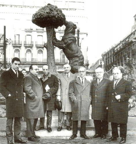 De izquierda a derecha J, Antonio Suárez de Puga_ Montero Herreros_ Ochaíta_ Antonio Navarro Santafe (escultor del Oso y el Madroño ), F. Layna_ Gil Montero y Bernardino Pradel